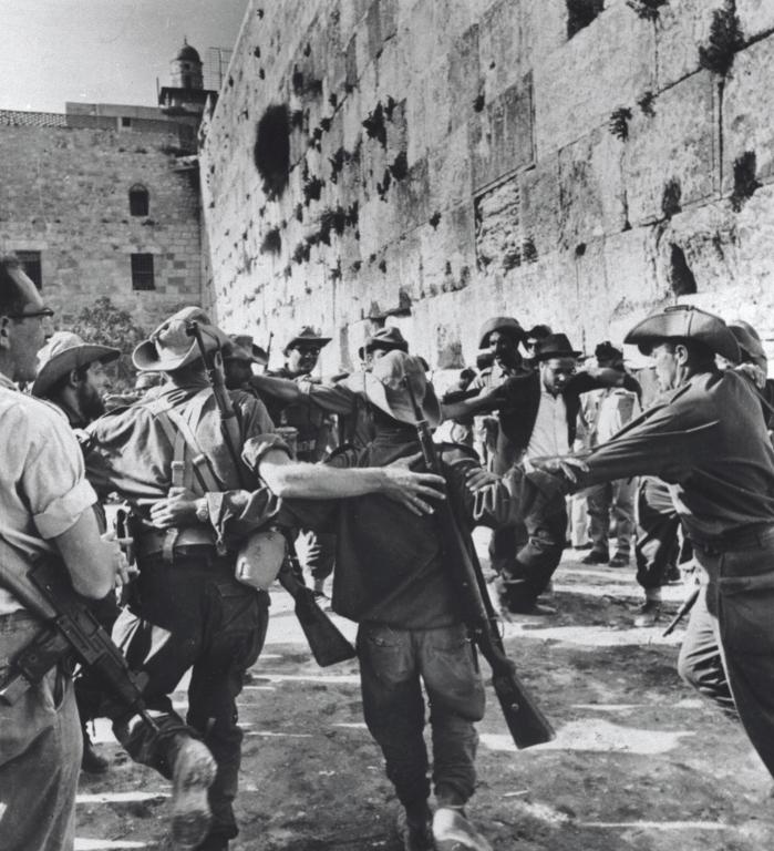 חיילים רוקדים בכותל 1967. צילום: ורנר בראון, מתוך ארכיון הצילומים של קקל