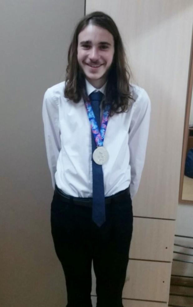 יונתן הדס מחולון זכה במדלית כסף בתחרות העולמית בפיזיקה. צילום תיכון אילון