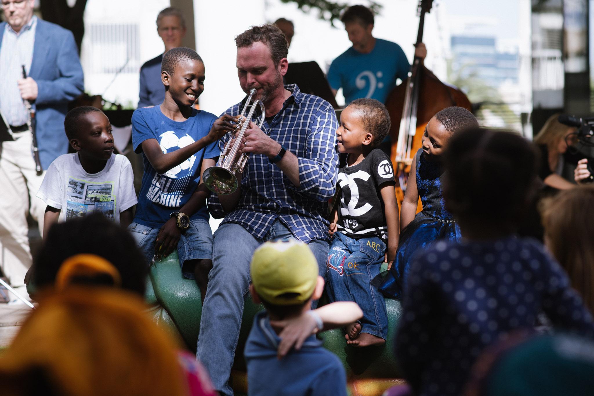 """ילדי """"הצל ליבו של ילד"""" ונגני הסימפונית של טורנטו, בבית הצל ליבו של ילד בחולון. צילום: יחצ הצל ליבו של ילד"""