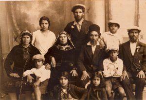 """מוזיאון ראשון לציון: משפחת דמארי- שושנה דמארי יושבת למטה מימין. תמונת יח""""צ"""