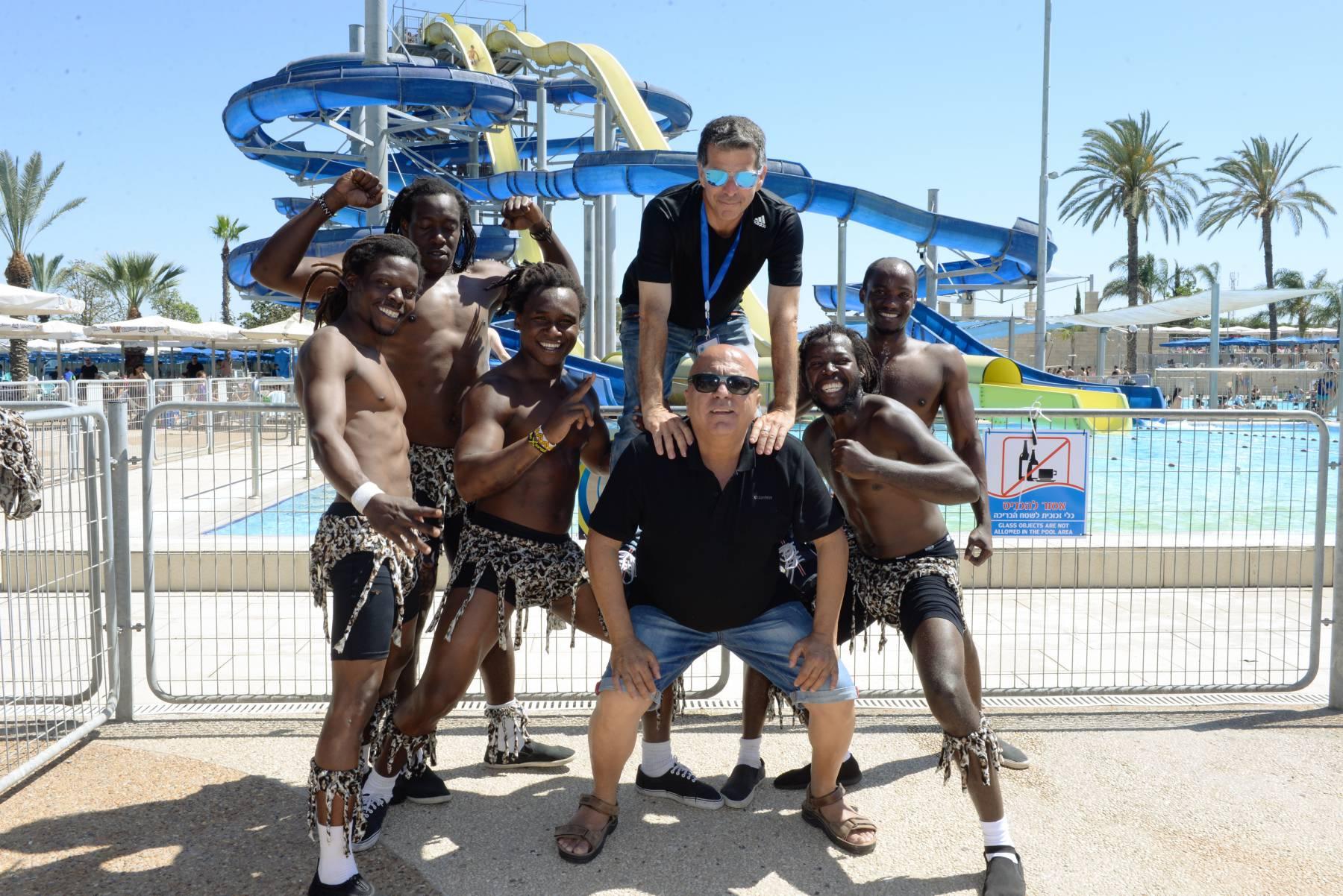"""שמשון חן מנכ""""ל החברה לבידור ולבילוי וגיל אבן מנהל ימית ימית ספארק עם כוכבי הקרקס האפריקאי. צילום טל קירשנבאום"""