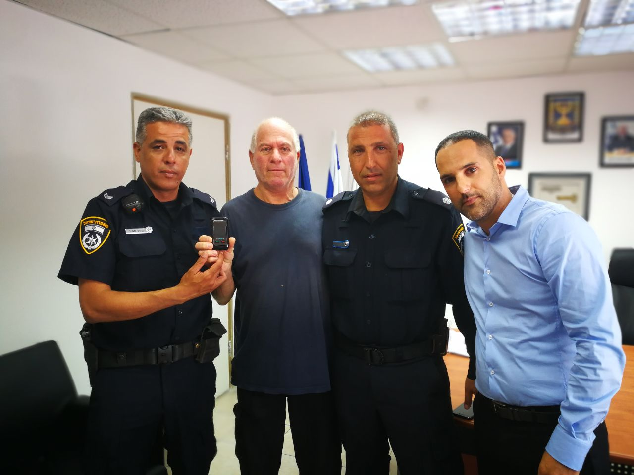הטלפון הוחזר לאב השכול. צילום משטרת ישראל