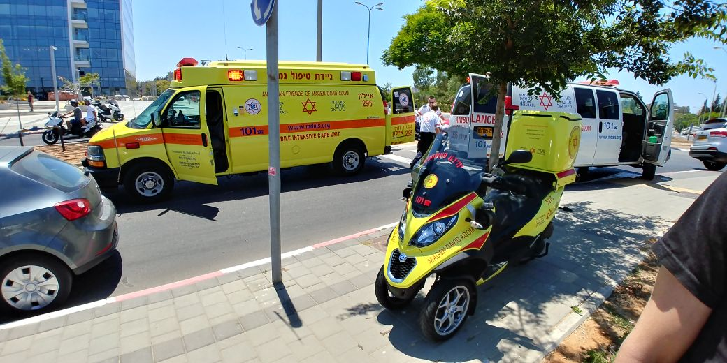 """התאונה ברחוב הרוקמים חולון. צילום: אלירן אביטל וחגי נתני תיעוד מבצעי מד""""א"""