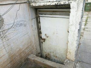 מקלט ישן בבית משותף בחולון. משמש לרוב כמחסן