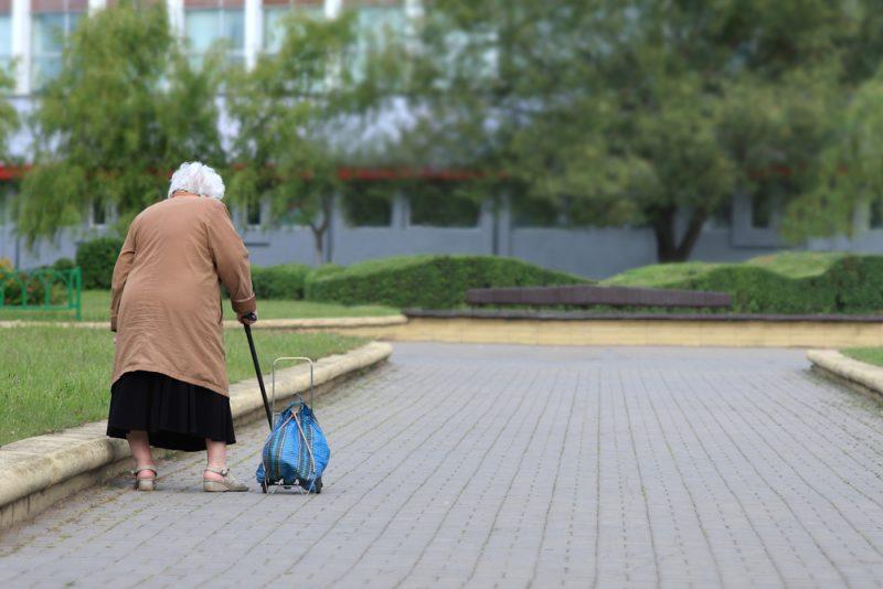 זקנה ברחוב