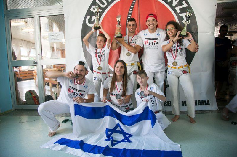 הנבחרת והאלופות ניקול דניאל (עומדת מימין) וסתיו אקרמן (יושבת במרכז)