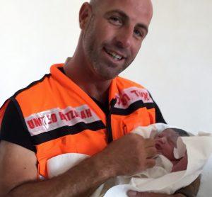המתנדב אבסטודי והתינוקת
