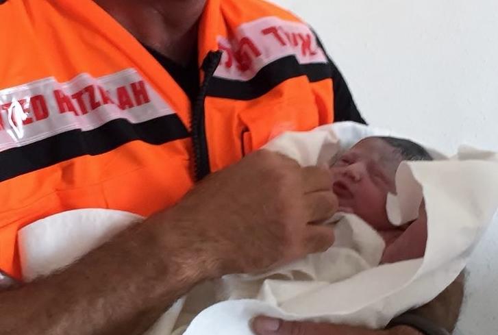 התינוקת שרק נולדה בידיו של המיילד