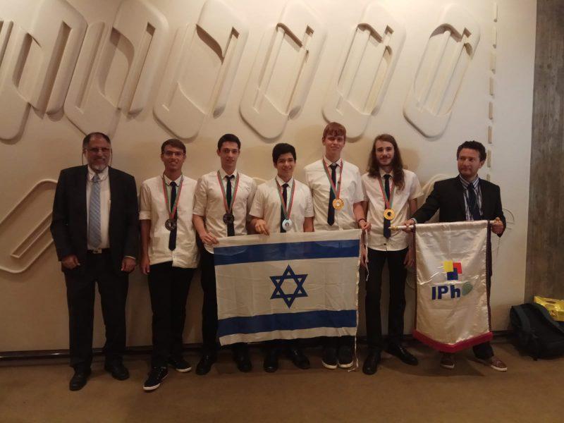 מימין, יונתן הדס, נבחרת ישראל בפיזיקה והצוות