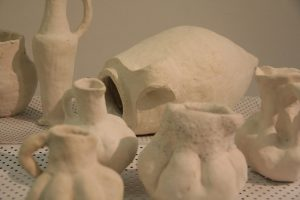 בין הממצאים הארכיאולוגיים. צילום: המרכז לאמנות דיגיטלית