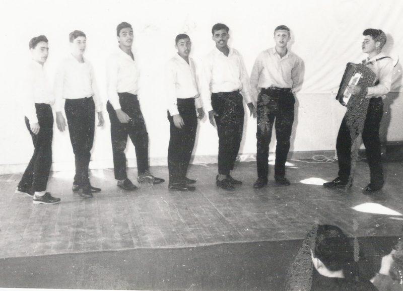להקת הדרורים. מוטי ששון במרכז, יהודה רון אחיו שלישי משמאל