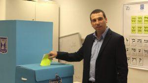 המועמד שי קינן מצביע