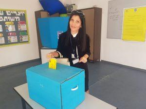 המועמדת קרן גונן מצביעה