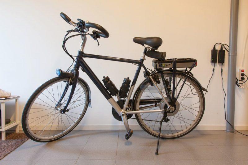 הטענה של סוללת אופניים חשמליים. סכנה