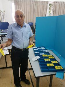 ראש העיר והמועמד מוטי ששון מצביע