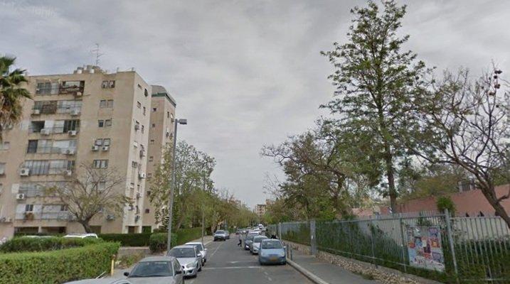 גני הילדים מימין, האנטנה על גג הבניין משמאל