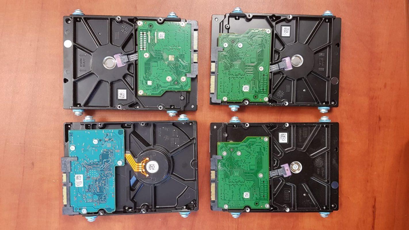 חלק מציוד המחשבים שנתפס אצל הקטינים. צילום: דוברות המשטרה