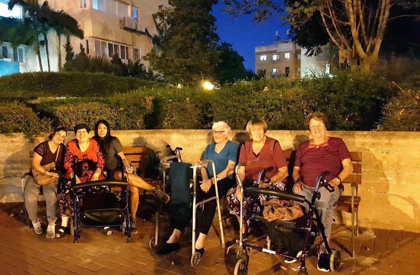 אסתר, פלורה ויהודית על הספסלים החדשים בשדרות משה שרת. צילום: עיריית חולון