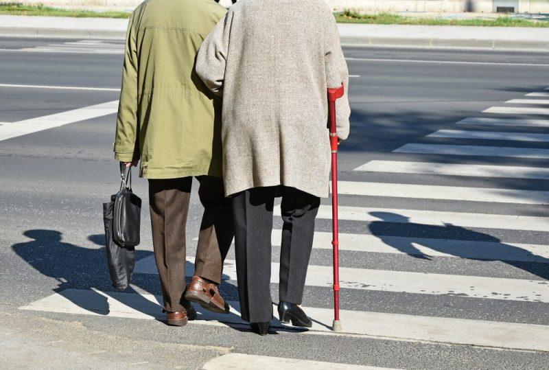 זקנים חוצים כביש