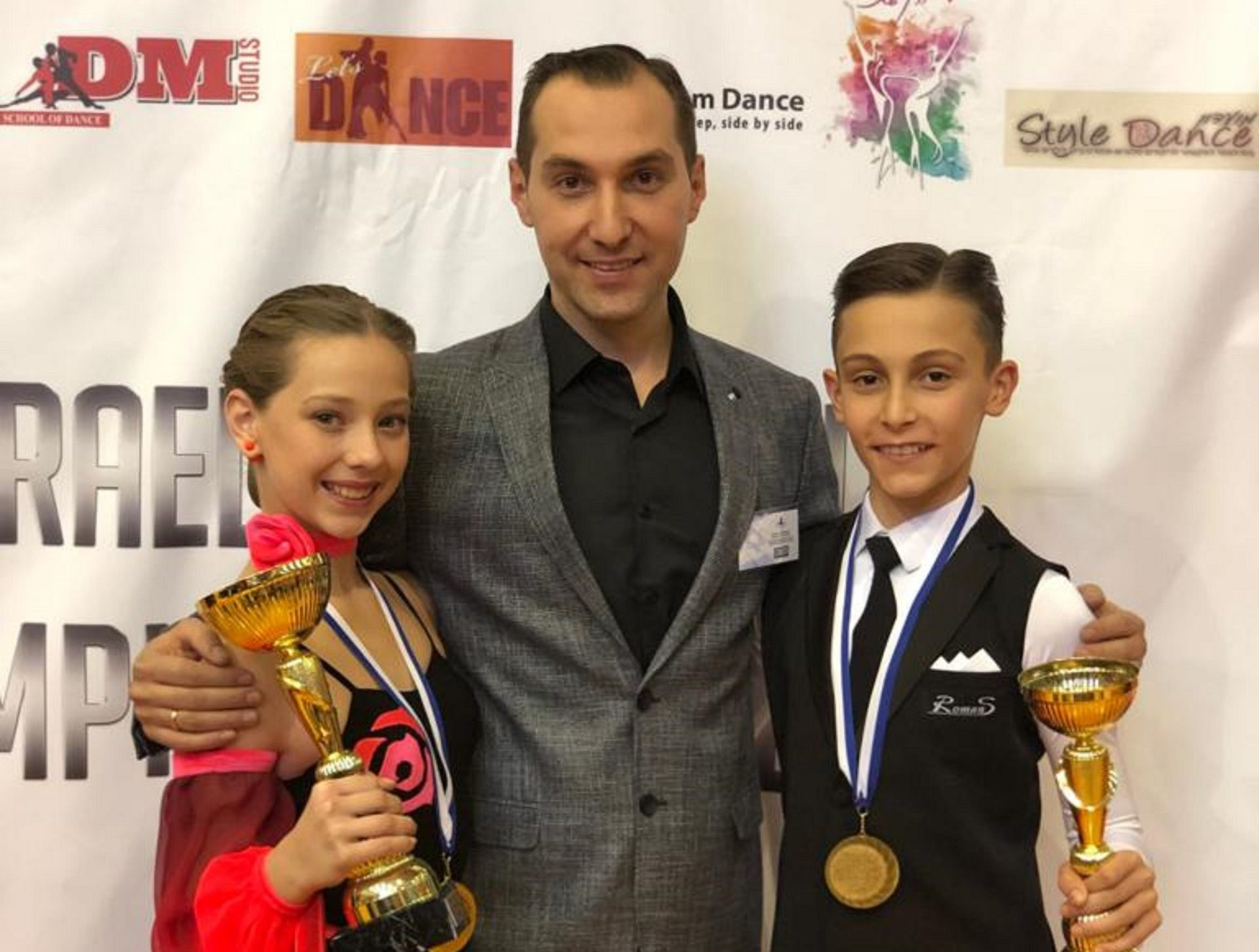 מימין, כרמל סומקין, המאמן מיכאל סומקין ודיאנה קנדליס. כו במקום הראשון באליפות ישראל לריקודים סלוניים לגילאי 12-13. צילום: מיכאל קנדליס