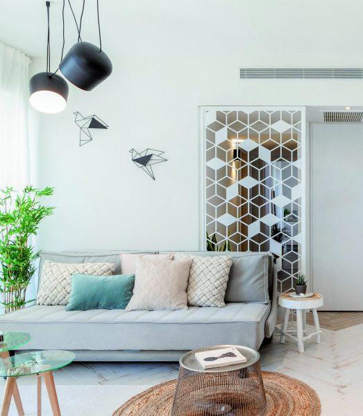 משרביה וציפורי אוריגמי בבית בעיצוב אדווה ספטי ומסקה. צילום: אורן בירן