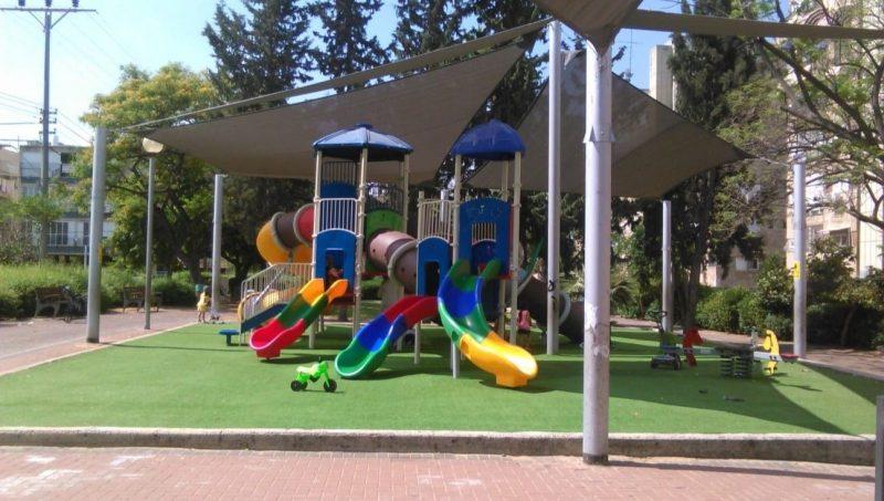 """הגינה שודרגה – ההורים מתלוננים: """"הילדים נצלים בשמש"""""""