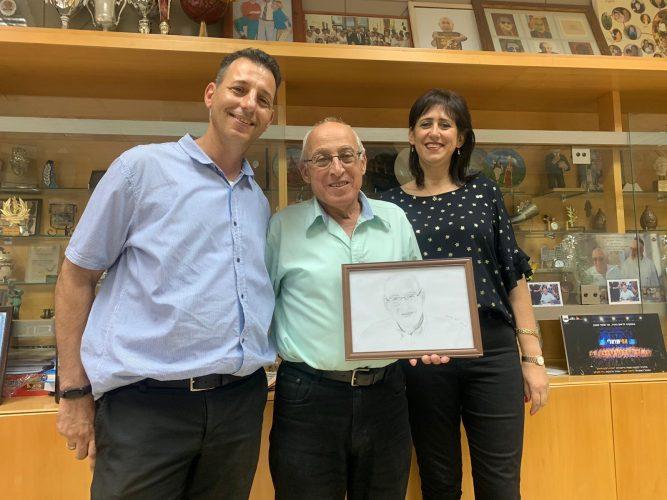 מוטי ששון ראש עיריית חולון יחד עם האומנית החולונית מירב פז, בעלה יניב והפורטרט (צילום: דוברות העירייה)