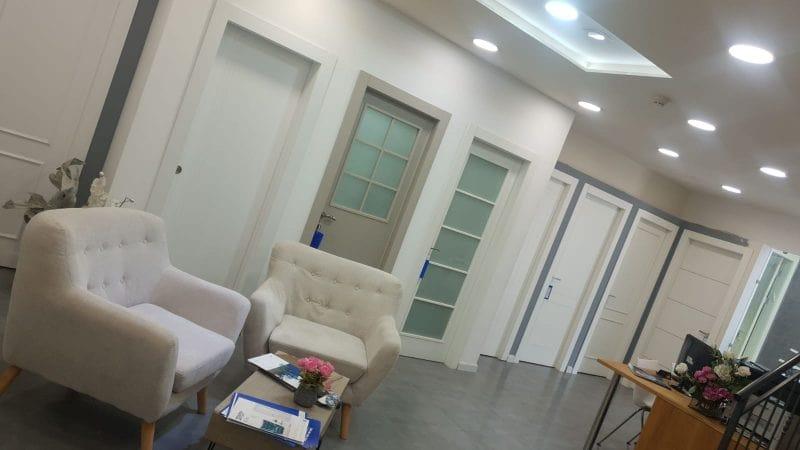 דלתות מכל החומרים, צבעים וסוגים, מושלמות לכל בית (צילום עצמי)