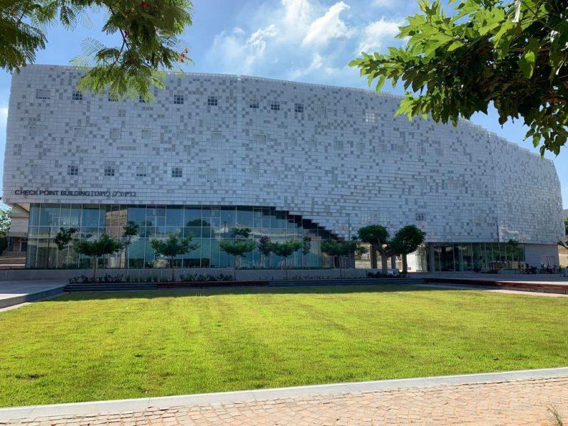 אריאל לוי עבודות חיפוי בבנין צק פוינט אוניברסיטת תל אביב. צילום באדיבות הלקוח