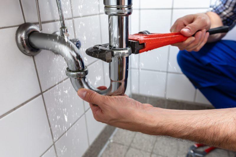 איתור נזילות מים. By Andrey_Popov shutterstock