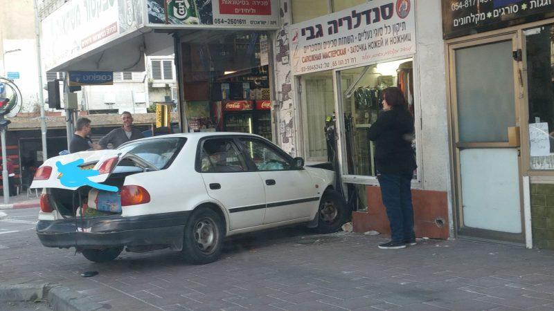 מכונית נכנסה בעסק בחולון