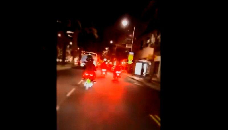 רוכבים על אופנועים ומשליכים נפצים