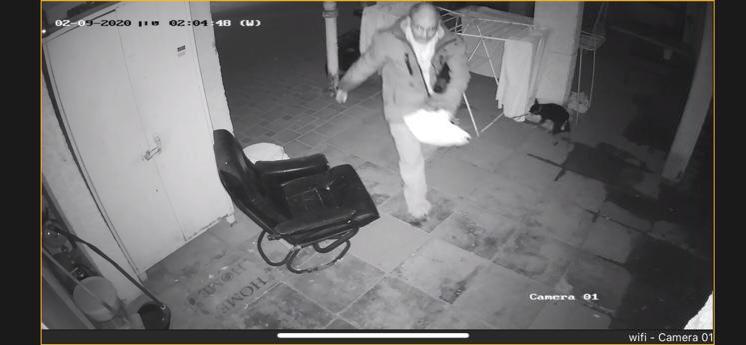 צפו בתיעוד ממצלמות האבטחה: מי גנב בגדים מחצר הבית בחולון?