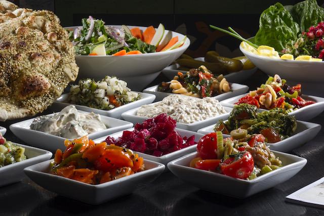 את הארוחה תוכלו לפתוח עם מגוון מסלטי הבית, כולם טריים ומוכנים מדי יום, שיוגשו לשולחן עם פיתות חמות מהטאבון. צילום: אנטולי מיכאלו