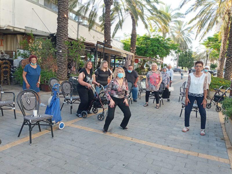 אימוני ספורט לאזרחים ותיקים במרחב הציבורי. צילום-עיריית חולון (2)