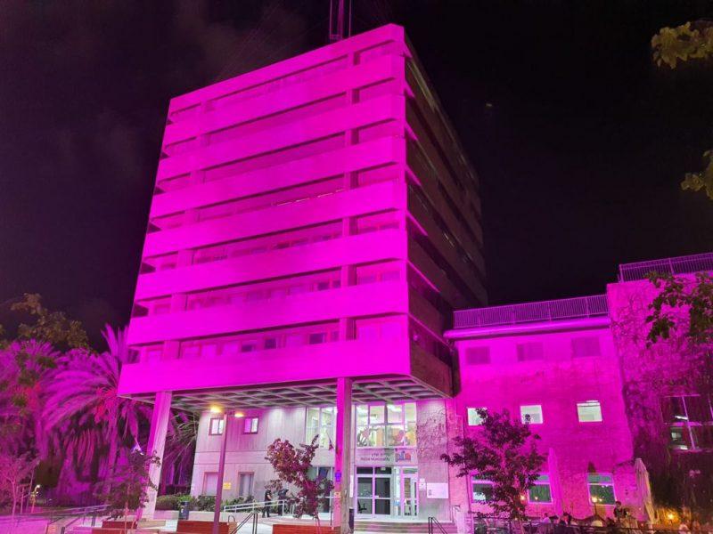 בניין עיריית חולון מואר בצבע ורוד לרגל חודש המודעות הבינלאומי לסרטן השד, אוקטובר 2021. צילום-עיריית חולון