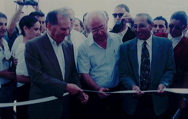 ראש הממשלה יצחק רבין וראש העיר מוטי ששון חונכים את חטיבת קציר בחולון, 1.9.94, צילום באדיבות עיריית חולון